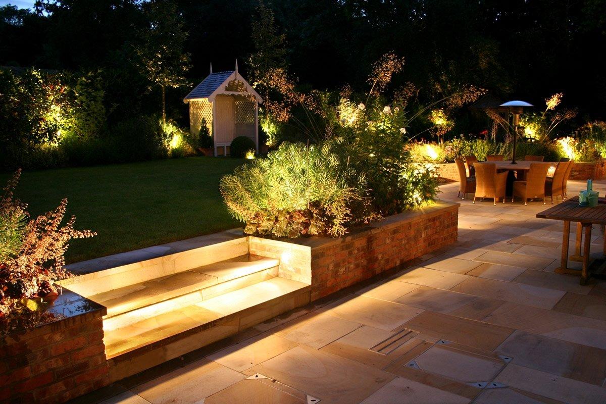 Освещенный участок сада