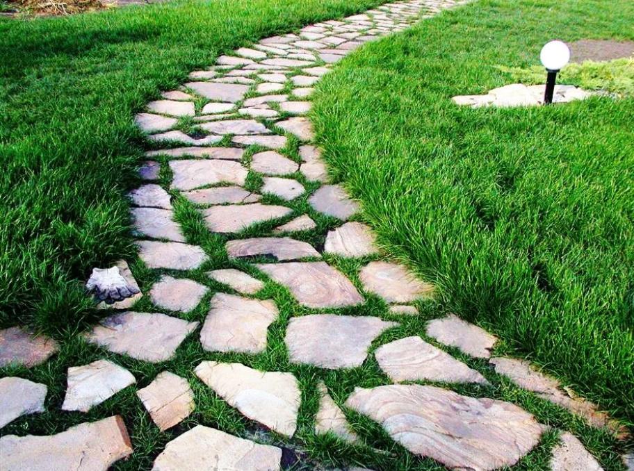 Камень через газон